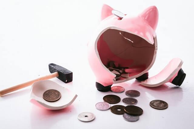 トンカチで壊された豚の貯金箱