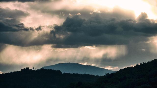 光が差し込む空