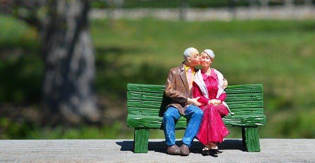 寄り添う老夫婦の人形