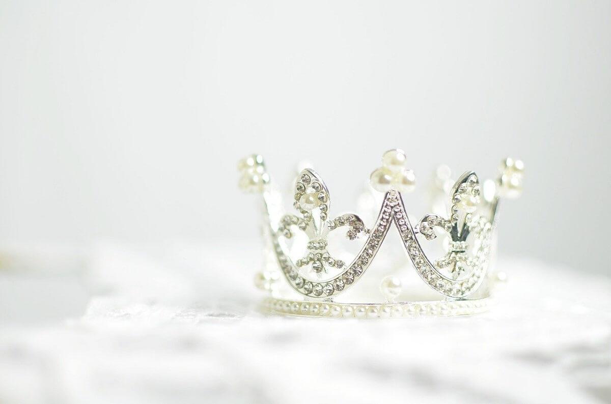 ダイヤモンドの装飾がされた王冠