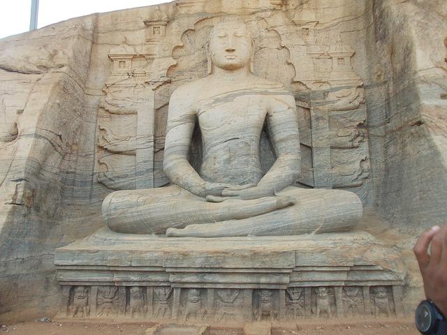 座禅を組む大きな像