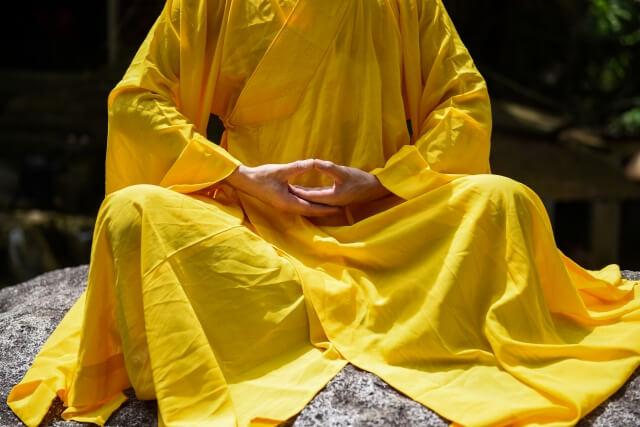 座禅を組む僧