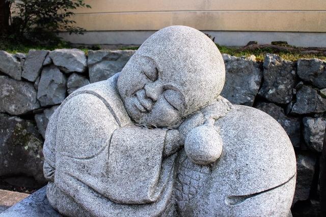 眠る小坊主像