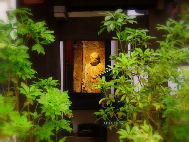 お寺の中にある像