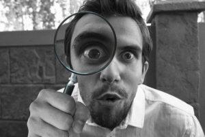 虫眼鏡で調査する